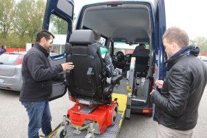 Disabili di Montecatone che guidano all'Autodromo di Imola nel paddok